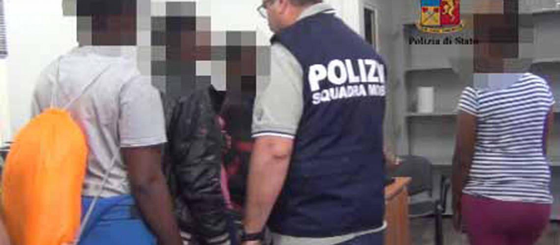I fermati a seguito dell'operazione 'Broken chains' (Catene spezzate) ai quali è contestato il reato associazione per delinquere, tratta di connazionali, anche di minore età e favoreggiamento dell'immigrazione clandestina a Ragusa, 25 gennaio 2017.  ANSA/POLIZIA - EDITORIAL USE ONLY